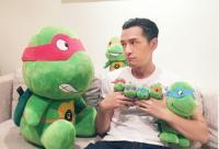 胡歌怀抱小公仔撒娇卖萌 网友:只剩龟陪你了