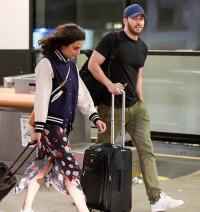 """""""美国队长""""携女友现身机场 同框照片配一脸"""